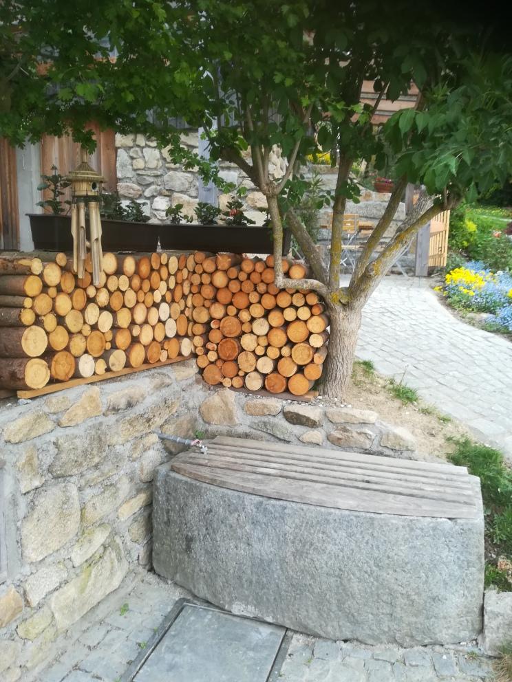 Brunnen_mit_Holzstoß